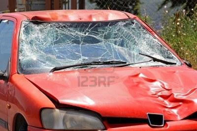 11733716-PARABRISAS-ROTO-EN-EL-AUTO-ROJO-EN-ACCIDENTE-DE-TRAFICO-(COPFFFFFFFFKLKLKLKLFFIAR).JPG